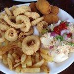 Combinado de calamares a la romana, croquetas, ensaladilla y papas fritas