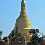 Le grand stupa doré de plus de 100 mètres de haut se voit de très loin