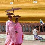 Deux nonnes à la pagode Shwemawdaw