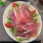 Assiette de jambon cru avec gorgonzola
