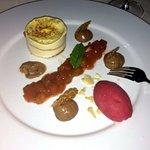Karamelisiertes Parfait von Passionsfrüchten und weißer Schokolade mit Rhabarber, gefülltem Sesa