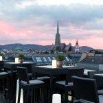 Genießen Sie erfrischende Cocktails bei atemberaubendem Sonnenuntergang über Wien.