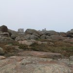 A l'horizon parmi les rochers, la Maison du Littoral et le Phare de Ploumanach.