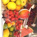 Étal de fruits frais pour les salades de fruits minute