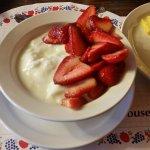 Yogurte caseiro com morangos frescos