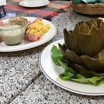 Entrada de quesos y alcachofa, ambos se acompañan con queso roquefort
