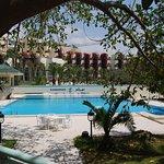 Vue de la piscine de l'hôtel de la terrasse du restaurant