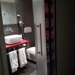 Baño bonito y funcional aunque con poca privacidad