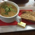 Entrée soupe de lentilles / plat jacobites chicken ( poulet au haggis) / desset meringue aux fru