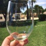 A refreshing vino blanco