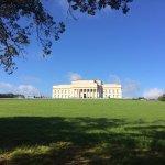 Vista para o museu de Auckland de dentro do Domain Park