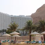 Вид на отель с пляжа