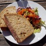 Sandwich servi avec une petite salade