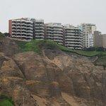 Apreciando el acantilado a la altura de Miraflores .