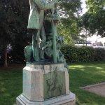 Statue côté gauche de l'entrée principale