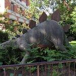 Dinosaure à côté de la galerie de paléontologie, à gauche de l'entrée principale