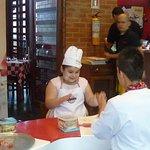 Aprendiendo a hacer pizza en Archies chipichape cali, experiencia inolvidable para los niños.