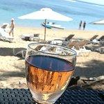 un verre de rosé le soir au bar de la plage avec le lagon