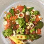 saumon mariné, asperges, mousse d'herbes au raifort