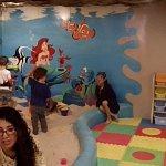 El área de niños esta genial, simplemente se divierten mientras uno disfruta su estacia en el re