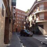 Calle del hotel la pared de la izquierda es la entrada. No es majestuosa, si agradable