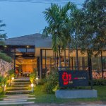 The front view of Por Cuisine in evening time.