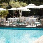 Terrasse du restaurant en bord piscine pour vos déjeuners ou dîners