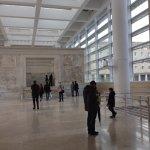 Il museo dell'ara pacis con i visitatori