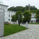 Au fond à droite, le bâtiment du musée à visiter