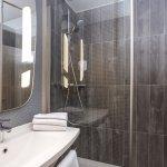 Salle de bains avec douche, entièrement rénovée en 2017