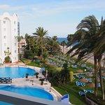 Blick vom Balkon auf Strand und Pool