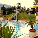 Ferienfreuden für die ganze Familie am solarbeheitzten Sonnenhügel pool