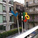 Escultura entre un edificio moderno y otro antiguo