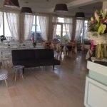 Il piccolo soggiorno/attesa e la zona hall/ristorante