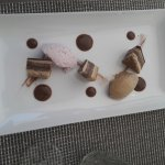 Opéra gourmand, mousseline de framboise, glace café