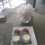 Panacotta chocolat blanc, petit cookies et petit cake servis avec le café