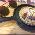 Tarta de manzana con helado y nueces