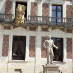 devant la maison, statue de Houdin