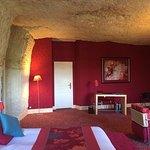 chambre, détail du plafond et mur taillés