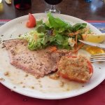 espadon grillé accompagné de salade et tomate