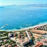 Vista aérea del hotel Costa Narejos y al fondo el Mar.