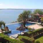 Panorama de la piscine à débordement sur le Lac El Mansour