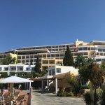 Vue générale de l'hôtel entre la piscine et la plage