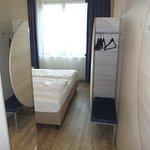 Blick von der Tür zur Fensterseite mit Engpass am Fußende der Betten (siehe Bewertungstext)
