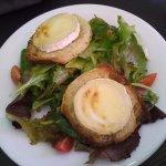 Salade de chèvre chaud, avec un peu de miel qui fait toute la différence