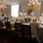 Eingedeckte Tischtafeln, eigene Museums-Restaurant für einen kleinen Imbiss