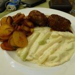 Fleischküchle mit Bratkartoffeln und Kohlrabigemüse