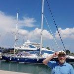 """Le """"capitaine"""" vous salue bien...sur le quai de la marina de SANI"""