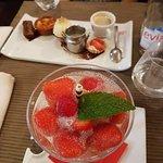 café gourmand et gourmandise de fraises au vouvray