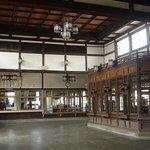 天井の高い駅舎